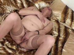 Mature Eranka can't live devoid of to masturbate in the sky her settee