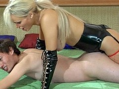 Perverted golden-haired mastix in leather gear plugs her sub