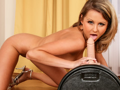 Zoe is obtainable all over sit unaffected by her sybian machine & receive ourselves off!