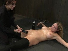 2 smokin' sexy babes are nailed on the floor scant